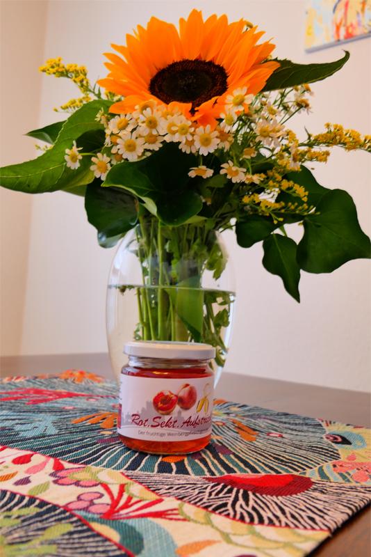 3 Gläser Rot. Sekt. Aufstrich Der fruchtige Weinbergpfirsichgenuss